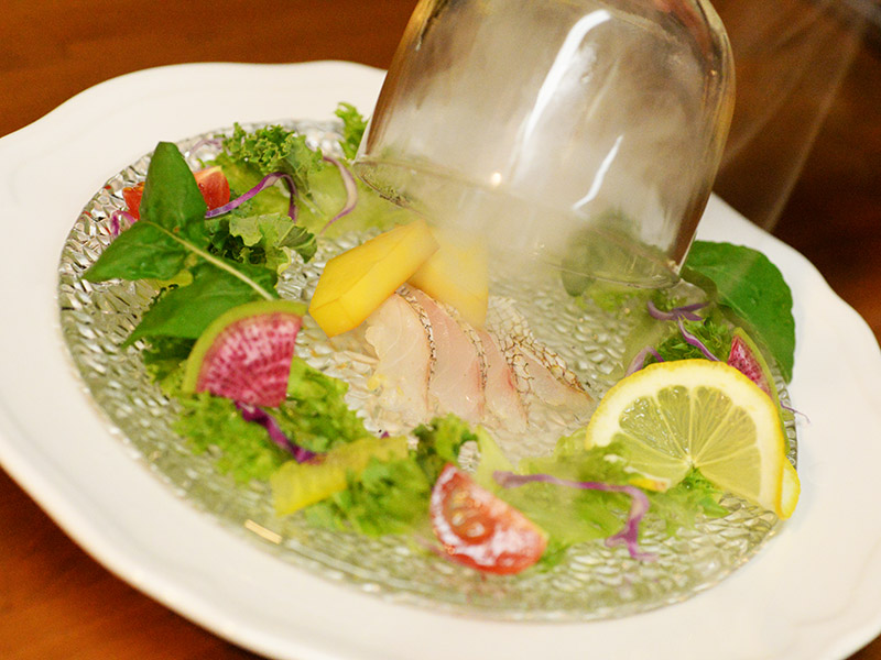 真鯛の軽いスモークサラダ仕立て